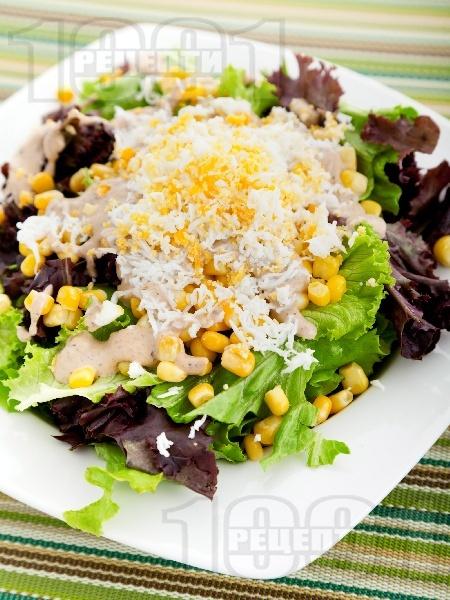 Зелена салата с царевица, варени яйца и сос Хиляда острова - снимка на рецептата